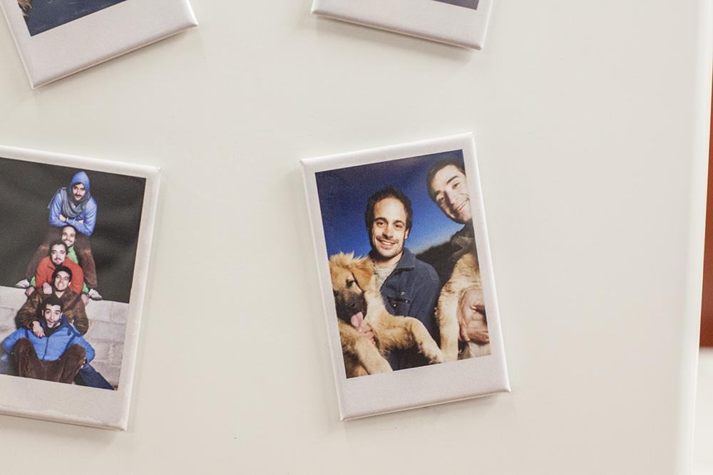 fotos als coole magnete im polaroid stil. Black Bedroom Furniture Sets. Home Design Ideas